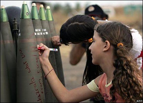 Chicos y chicas de Israel firmando bombas